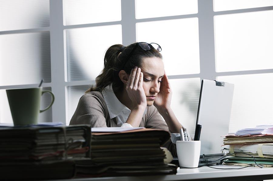che cos'è lo stress, donna al lavoro
