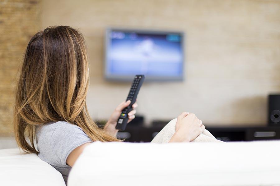 donna guardare un film in lingua straniera
